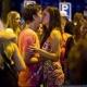 Ученые обнаружили, почему влюбленные могут слышать друг друга в шумной толпе